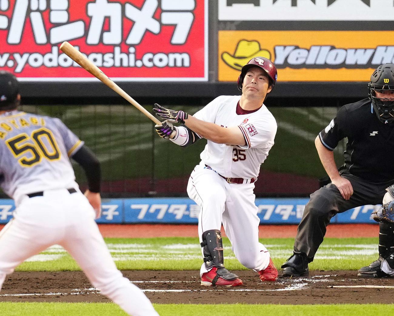 1回裏楽天2死一塁、先制適時三塁打を放つ島内(撮影・江口和貴)