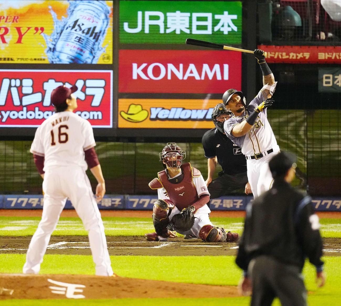 楽天対阪神 6回表阪神1死三塁、左越え逆転2点本塁打を放つマルテ。投手涌井(撮影・江口和貴)
