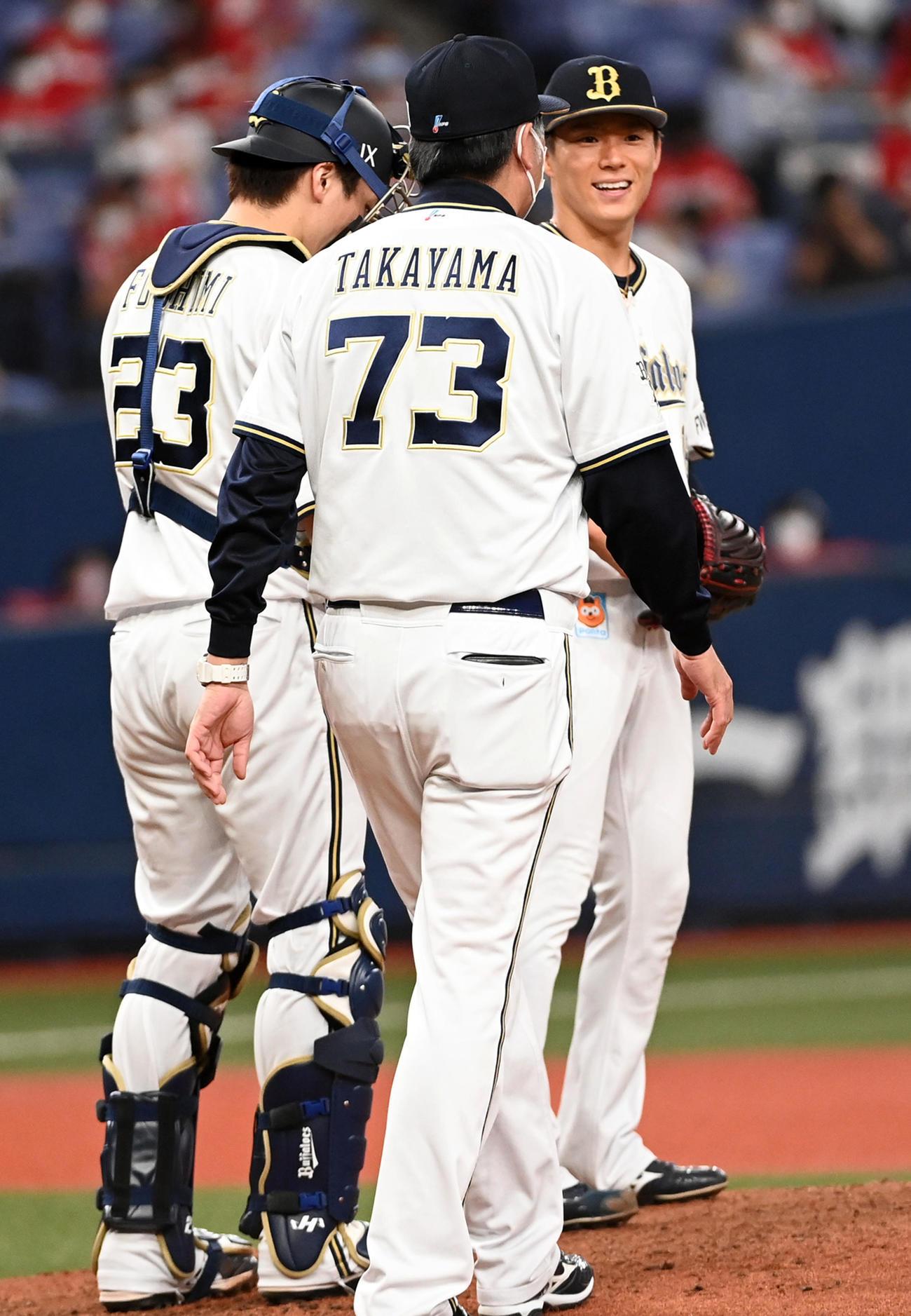 オリックス対広島 8回表広島無死、鈴木誠に中前打を打たれた山本(右)はマウンドで笑顔を見せる(撮影・前岡正明)