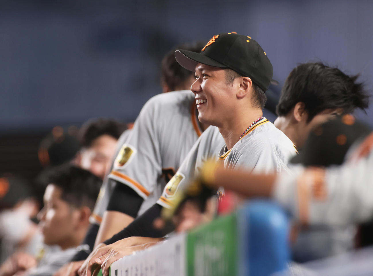 ロッテ対巨人 9回表巨人2死、湯浅の左越え二塁打に笑顔を見せる坂本(撮影・足立雅史)