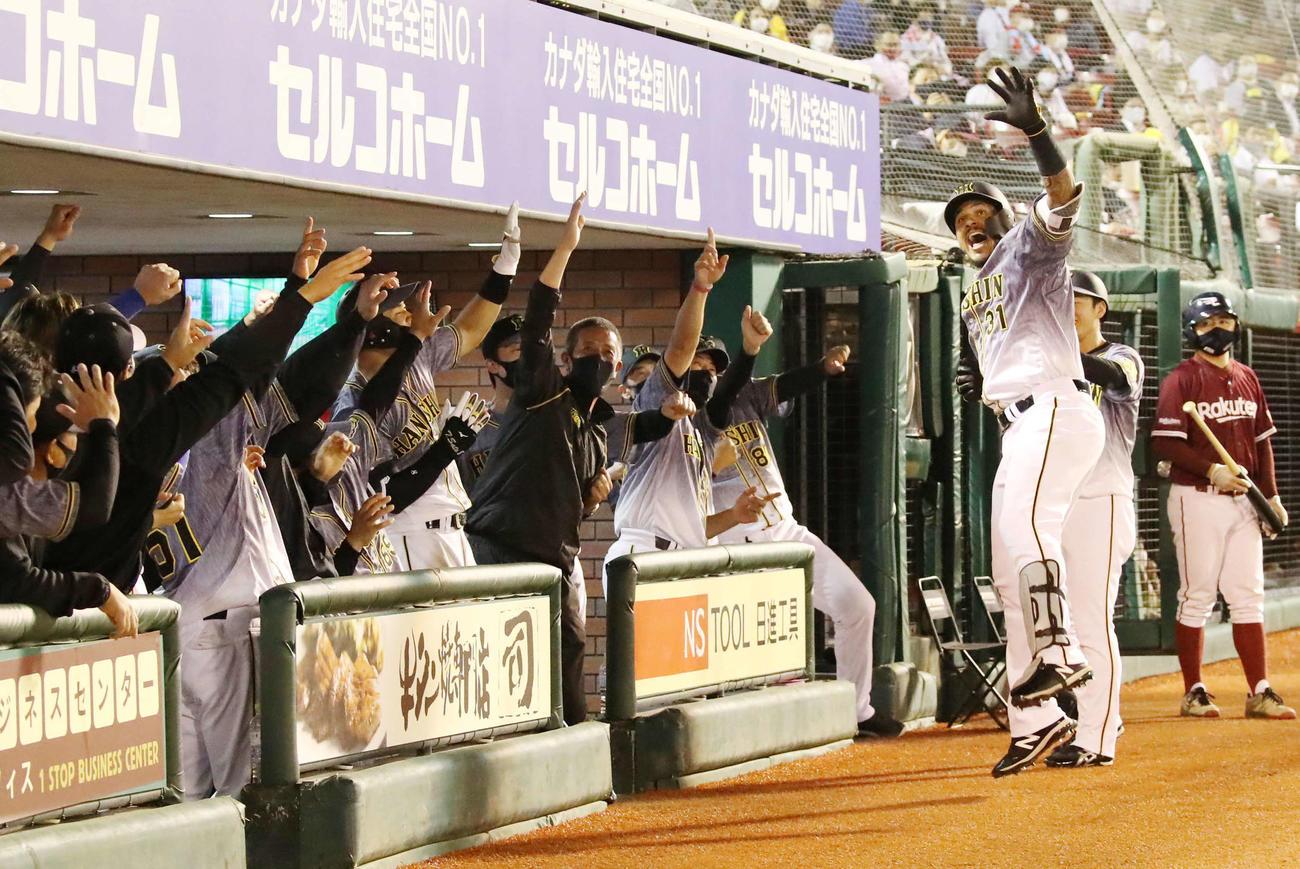 楽天対阪神 6回表阪神1死三塁、マルテは左越え逆転2点本塁打を放ちラパンパラ(撮影・加藤哉)