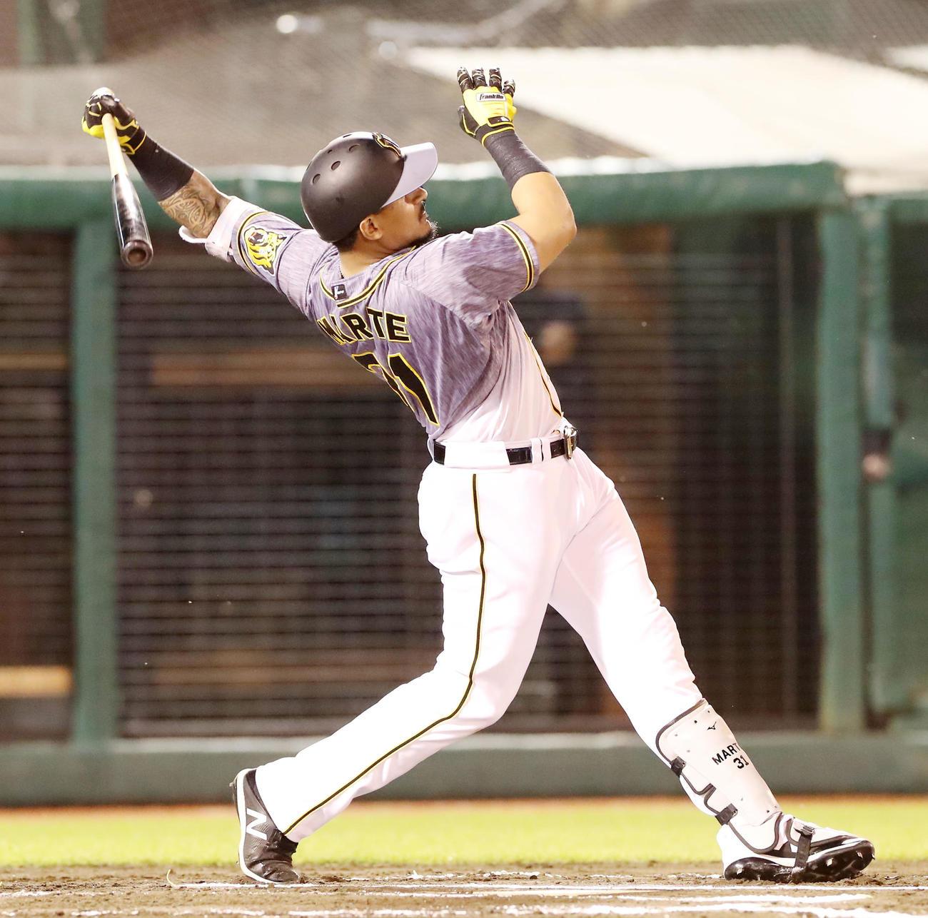 楽天対阪神 6回表阪神1死三塁、マルテは左越え2点本塁打を放つ(撮影・加藤哉)