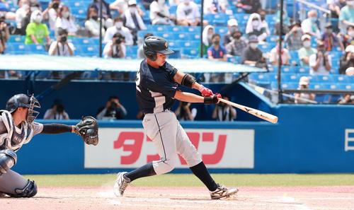 上武大対慶大 6回表上武大2死、左越え満塁本塁打を放つ進藤(撮影・野上伸悟)