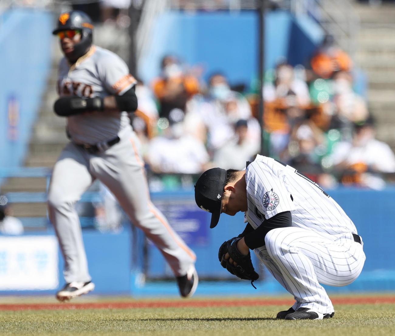 ロッテ対巨人 3回表巨人無死一、三塁、岡本和に2打席連続となる左越え3点本塁打を浴びしゃがみ込んで肩を落とす美馬(撮影・垰建太)