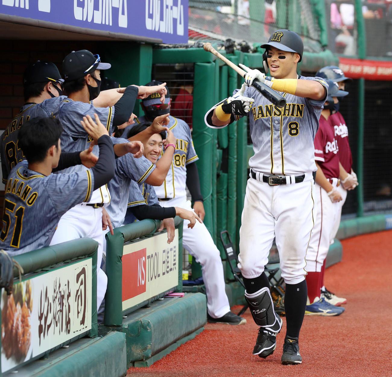 楽天対阪神 6回表阪神2死、佐藤輝は右越え本塁打を放ちZポーズを決める(撮影・加藤哉)
