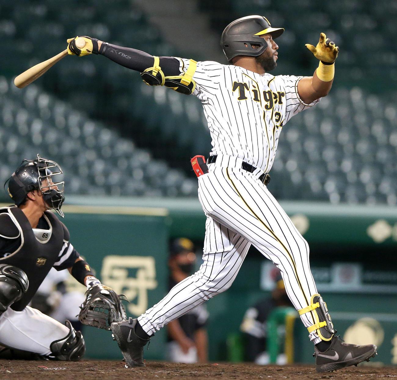 ウエスタン・リーグ阪神対ソフトバンク 5回裏阪神1死二塁、メル・ロハス・ジュニアは左越え2点本塁打を放つ(撮影・上山淳一)