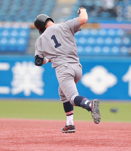 慶大対福井工大 1回表慶大2死一塁、先制2点本塁打を放ちガッツポーズで二塁に向かう正木(撮影・野上伸悟)
