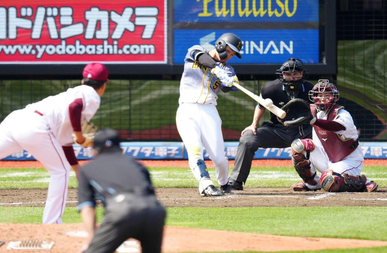 2021年6月13日 楽天対阪神 5回表阪神2死一塁、右越えに逆転2点本塁打を放つ近本光司。投手早川隆久