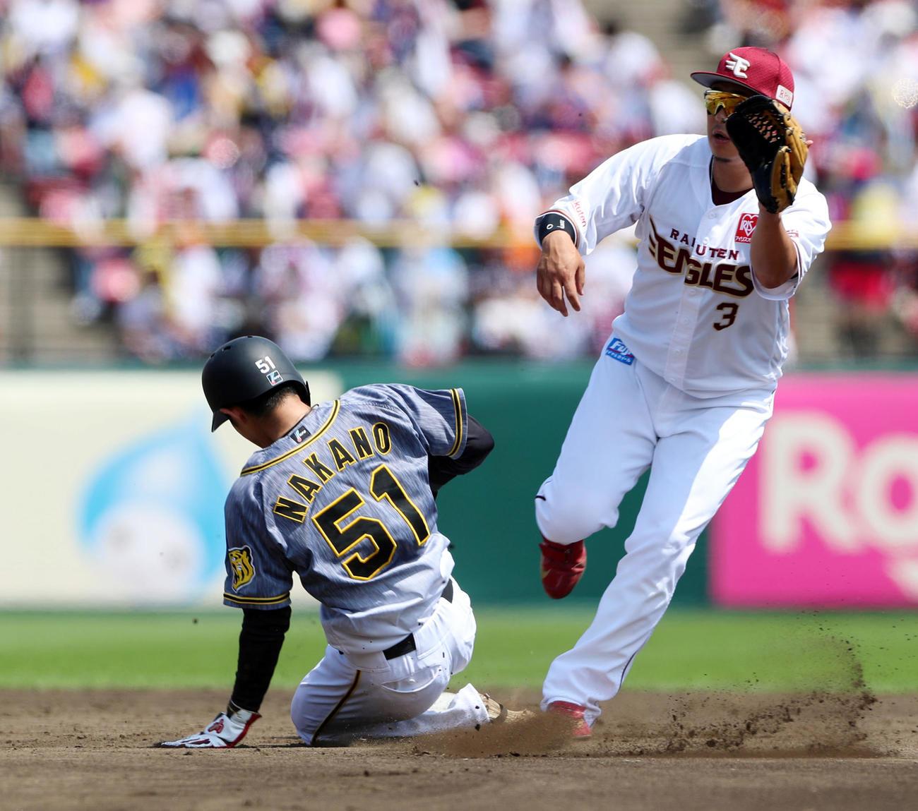 楽天対阪神 3回表阪神2死一塁、一塁走者中野は二塁盗塁を決める。野手は浅村(撮影・加藤哉)