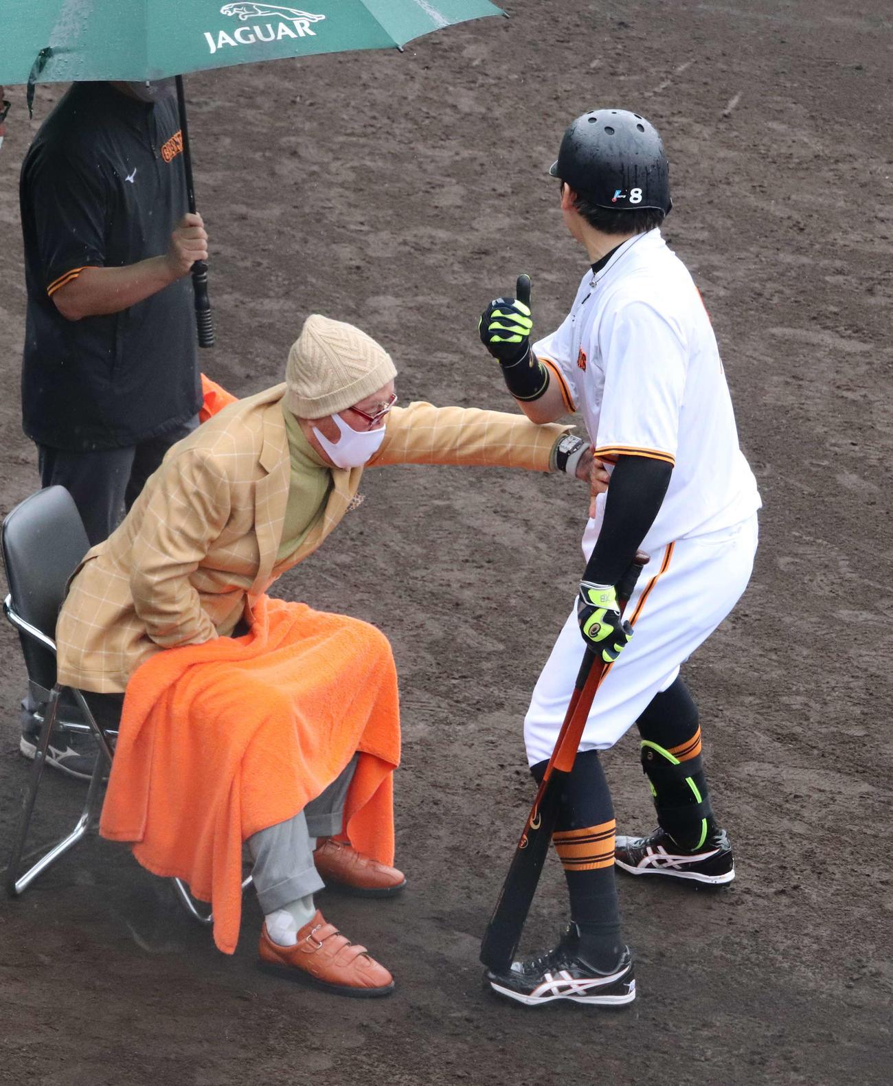 ジャイアンツ球場にサプライズ訪問した巨人長嶋終身名誉監督(左)は丸(右)に熱血指導(2021年6月6日撮影)