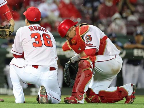 広島対西武 8回表西武1死二、三塁、会沢(右)は栗山の三塁への打球でスパンジェンバーグを三本間に挟むが、脚を痛めて交代となる(撮影・加藤孝規)