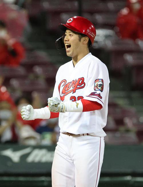 広島対西武 8回裏広島2死一塁、宇草は勝ち越しの左越え2点本塁打を放つ(撮影・加藤孝規)