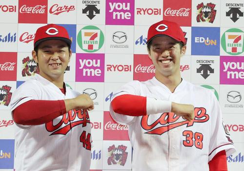広島対西武 ポーズを決める林(左)と宇草(右)