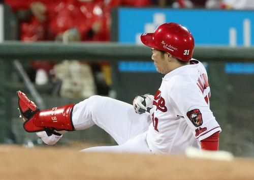 広島対西武 5回裏広島2死一塁、坂倉は勝ち越し中越え適時三塁打を放つ(撮影・加藤孝規)