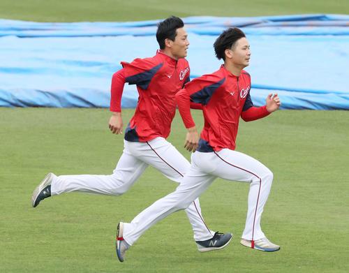 広島対日本ハム 試合前練習 走り込む栗林(左)と森浦(右)(撮影・加藤孝規)