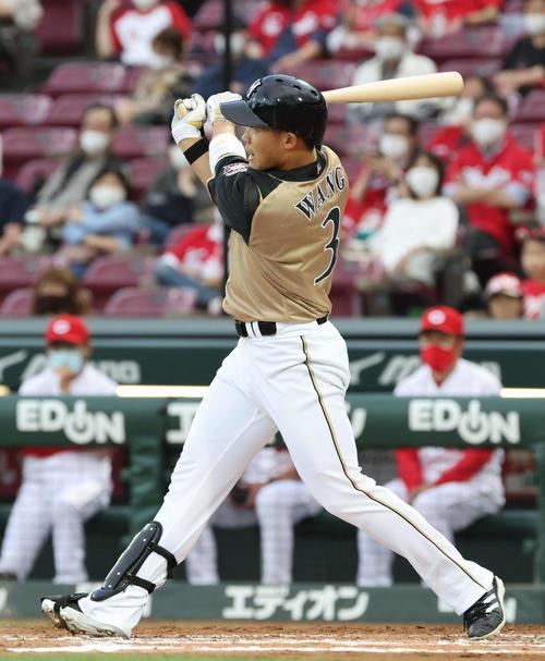 広島対日本ハム 3回表日本ハム2死一、二塁、王は一塁へ適時内野安打を放つ(撮影・加藤孝規)