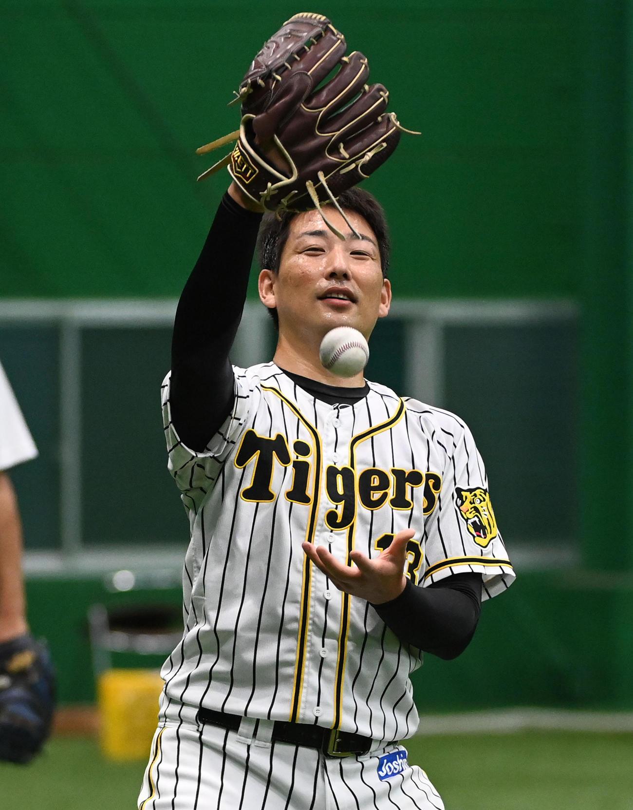 笑顔でキャッチボールを行う岩崎(撮影・前岡正明)