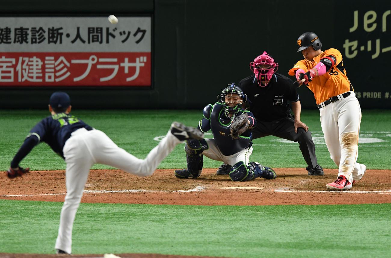 21年5月9日 9回裏巨人1死一、二塁、サヨナラとなる右越え3点本塁打を放つ岡本和真