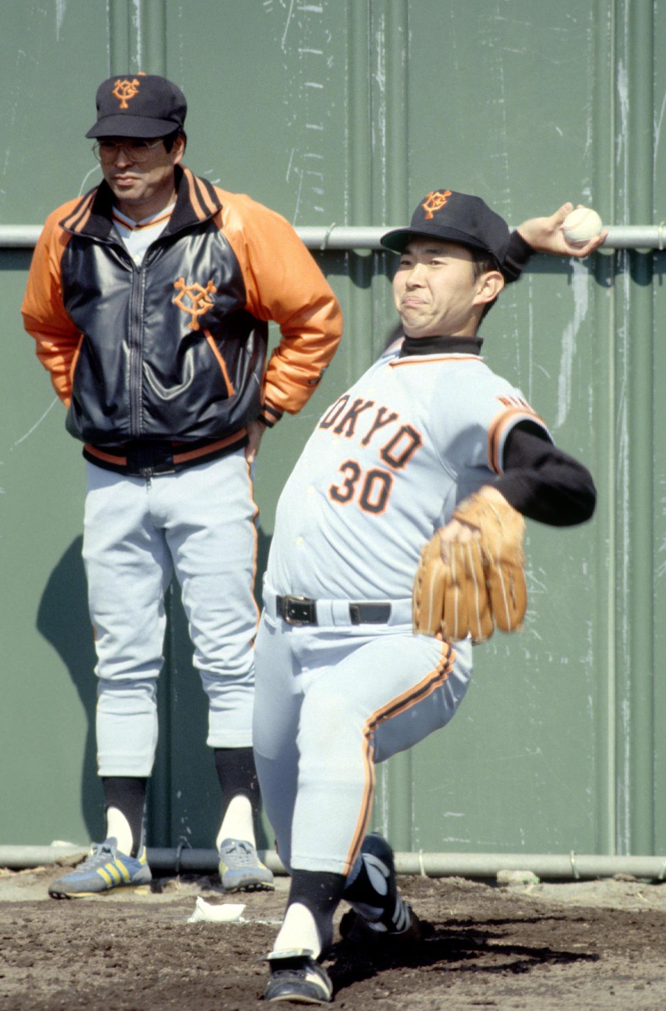 1981年 投球練習をする江川卓(右)。左は中村稔コーチ