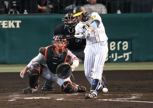 1死二塁、梅野は左適時二塁打を放つ(撮影・上山淳一)