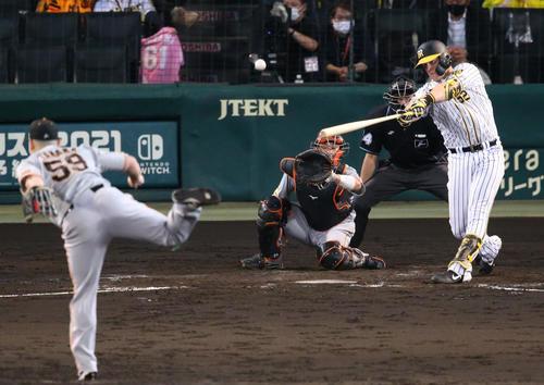 阪神対巨人 3回裏阪神無死満塁、サンズは右越え満塁本塁打を放つ(撮影・上山淳一)