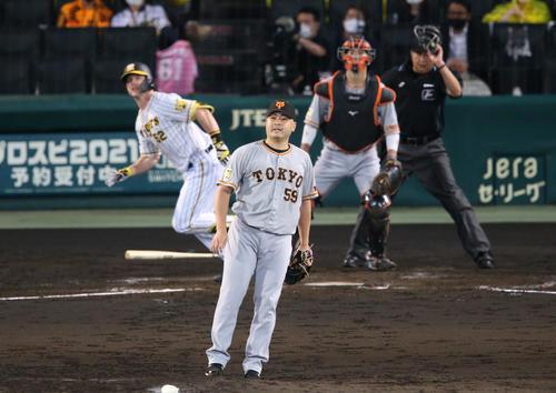 阪神対巨人 3回裏阪神無死満塁、田中豊(手前)はサンズに右越え満塁本塁打を被弾する(撮影・上山淳一)