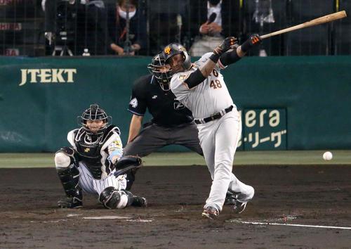 阪神対巨人 4回表巨人2死一、二塁、ウィーラーは左前適時打を放つ(撮影・上山淳一)
