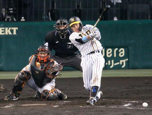阪神対巨人 8回裏阪神1死一塁、梅野はバットが折れファウルとなる(撮影・上山淳一)