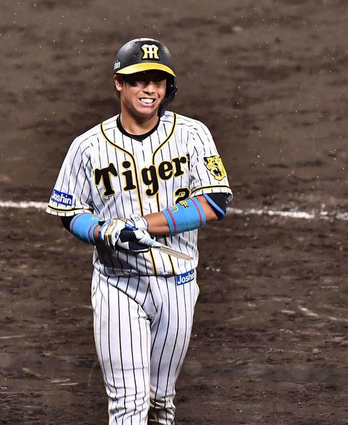 阪神対巨人 8回裏阪神1死一塁、右手首をおさえ厳しい表情を見せる梅野(撮影・上田博志)