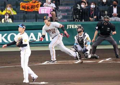 阪神対巨人 1回表巨人2死一塁、岡本和は右前打を放つ(撮影・上山淳一)