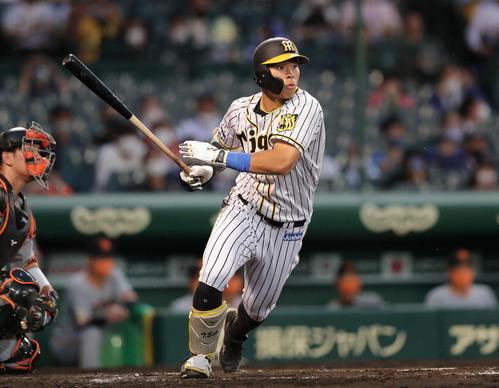 阪神対巨人 2回裏阪神無死、右翼線に二塁打を放つ佐藤輝(撮影・前田充)