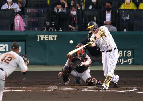 阪神対巨人 2回裏阪神無死二塁、先制の左適時二塁打を放つサンズ(撮影・上山淳一)