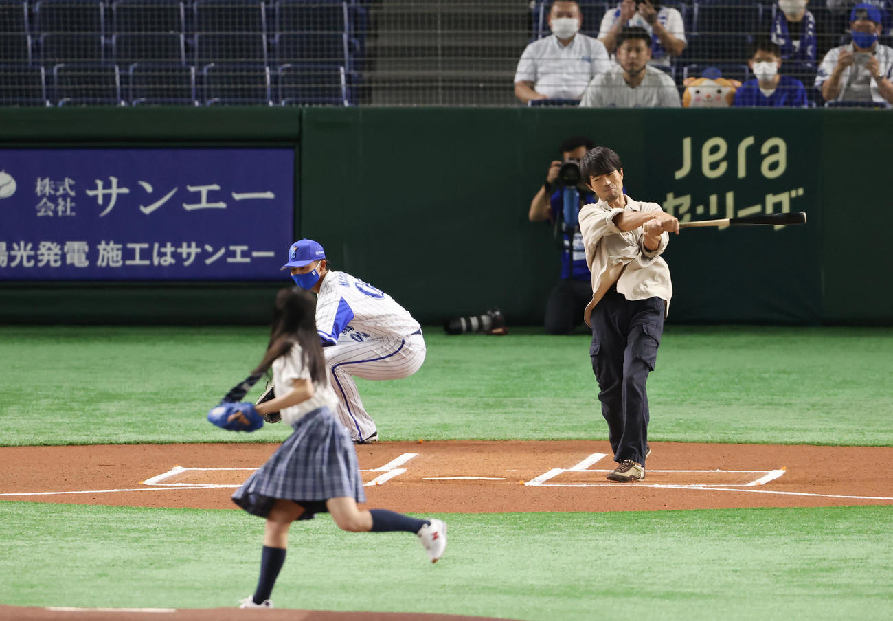 DeNA対広島 試合前、始球式で関水渚(手前)の投球にフルスイングする仲村トオル(撮影・垰建太)