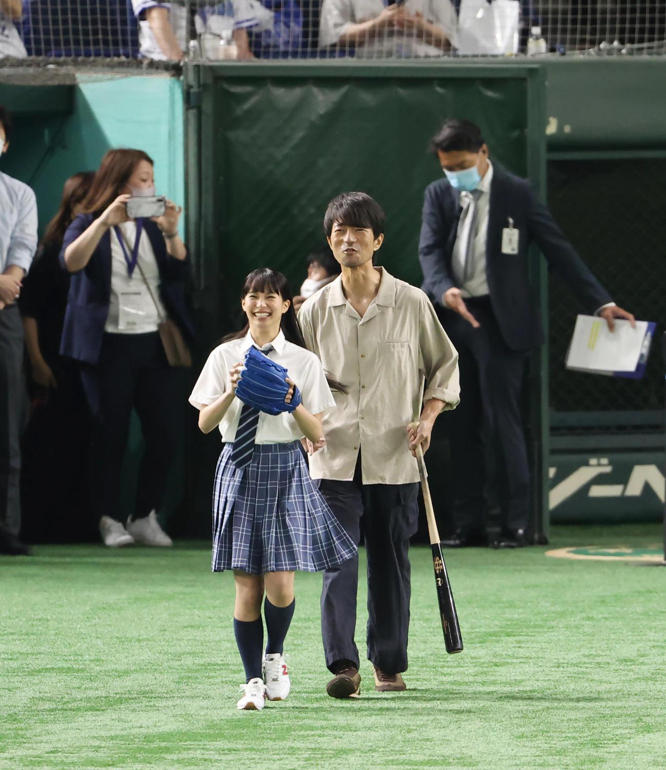 DeNA対広島 試合前、始球式に登場する関水渚(左)と仲村トオル(撮影・垰建太)