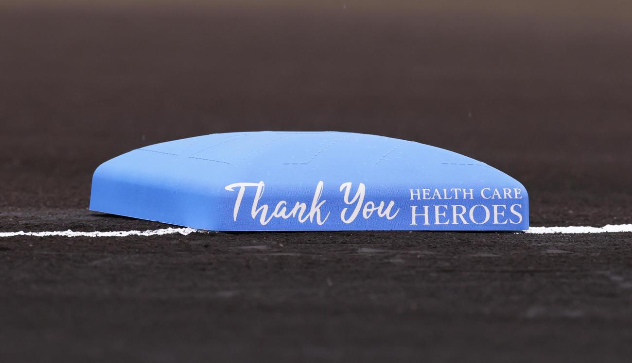 阪神対巨人 「医療従事者ナイター」にちなみ青色のベースが使用される(撮影・足立雅史)