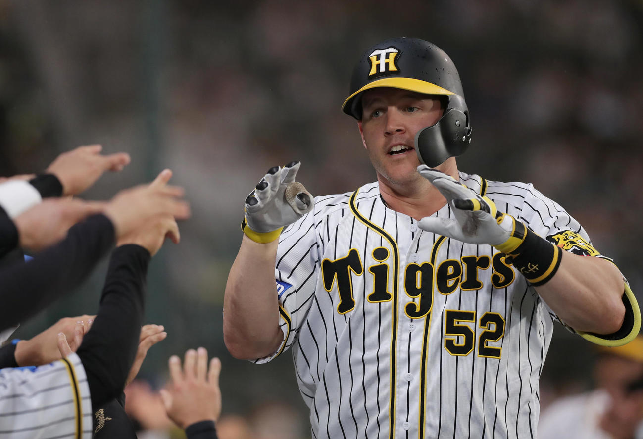 阪神対巨人 3回裏阪神無死満塁、右中間へ満塁本塁打を放ちナインに迎えられるサンズ(撮影・前田充)
