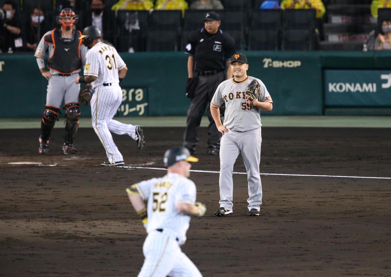 阪神対巨人 3回裏阪神無死満塁、田中豊(右)はサンズ(手前)に右越え満塁本塁打を被弾する(撮影・上山淳一)