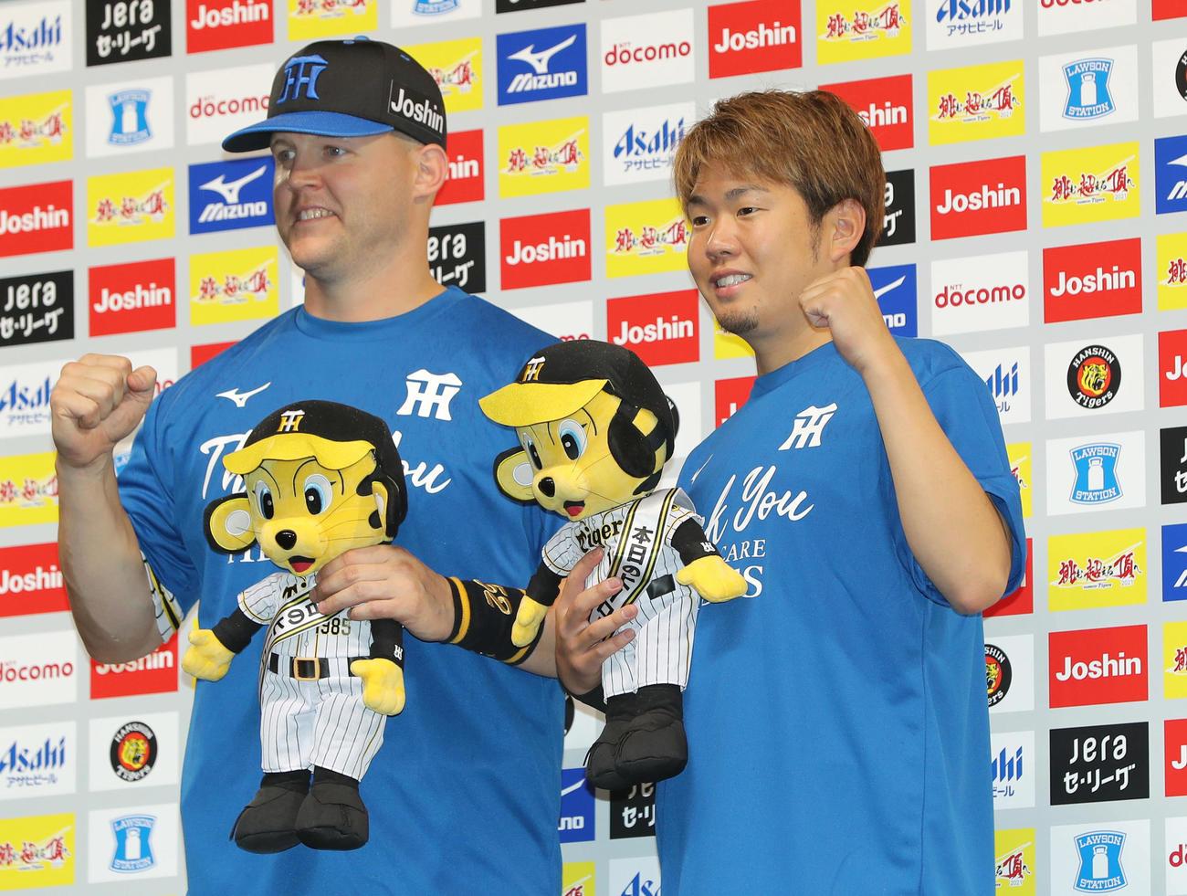 阪神対巨人 ヒーローインタビューを終え笑顔でガッツポーズする阪神サンズ(左)と西勇(撮影・前田充)