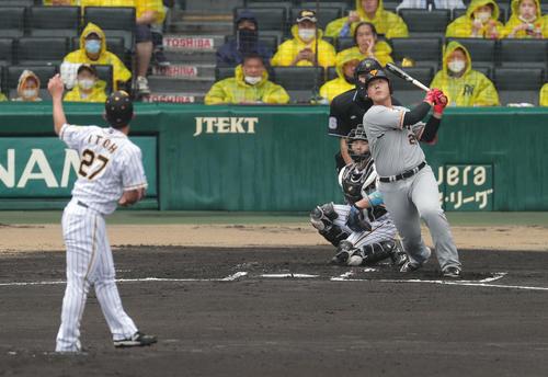 阪神対巨人 1回表巨人1死二、三塁、先制の右犠飛を放つ岡本和。投手伊藤将(撮影・前田充)