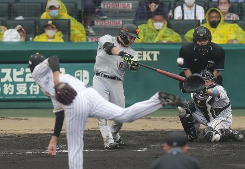 阪神対巨人 8回表巨人1死一塁、中越え2点本塁打を放つ丸。投手藤浪(撮影・前田充)