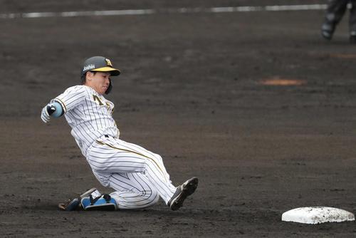 阪神対巨人 2回裏阪神1死、左翼線に二塁打を放ち二塁へ滑り込む梅野(撮影・前田充)