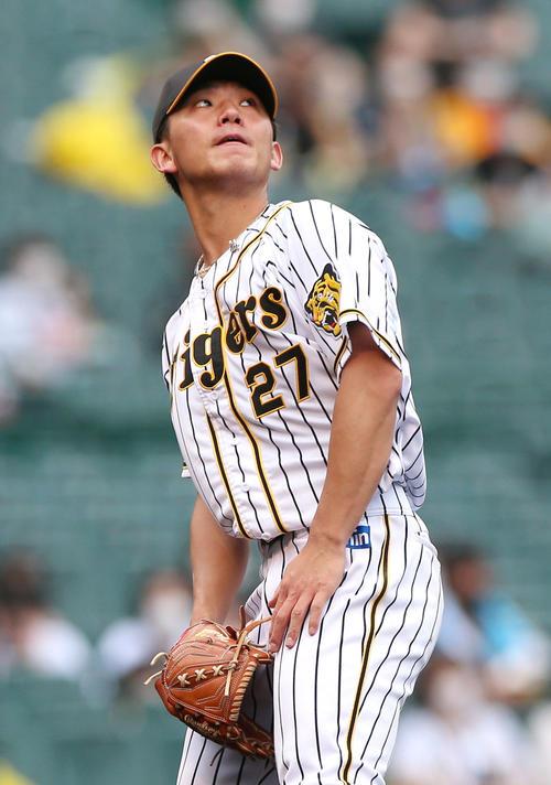 阪神対巨人 4回表巨人2死、伊藤将司は大城卓三の右越え本塁打の打球を見上げる(撮影・上山淳一)