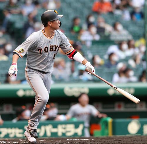 阪神対巨人 6回表巨人2死、左越え本塁打を放った坂本は通算250本塁打を記録する(撮影・上山淳一)