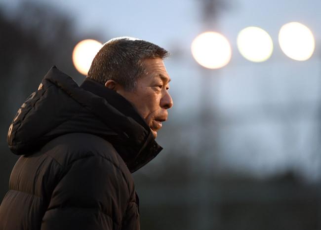 日大三野球部冬合宿 練習を見つめる小倉全由監督=2020年12月28日