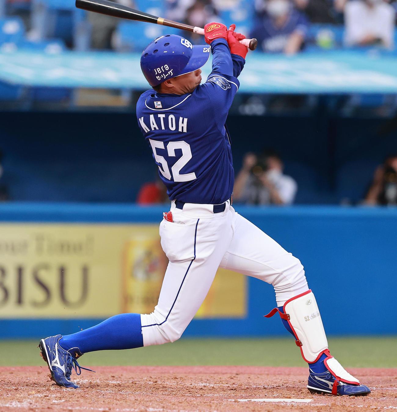 左越え本塁打を放つ中日加藤翔平(2021年6月18日撮影)