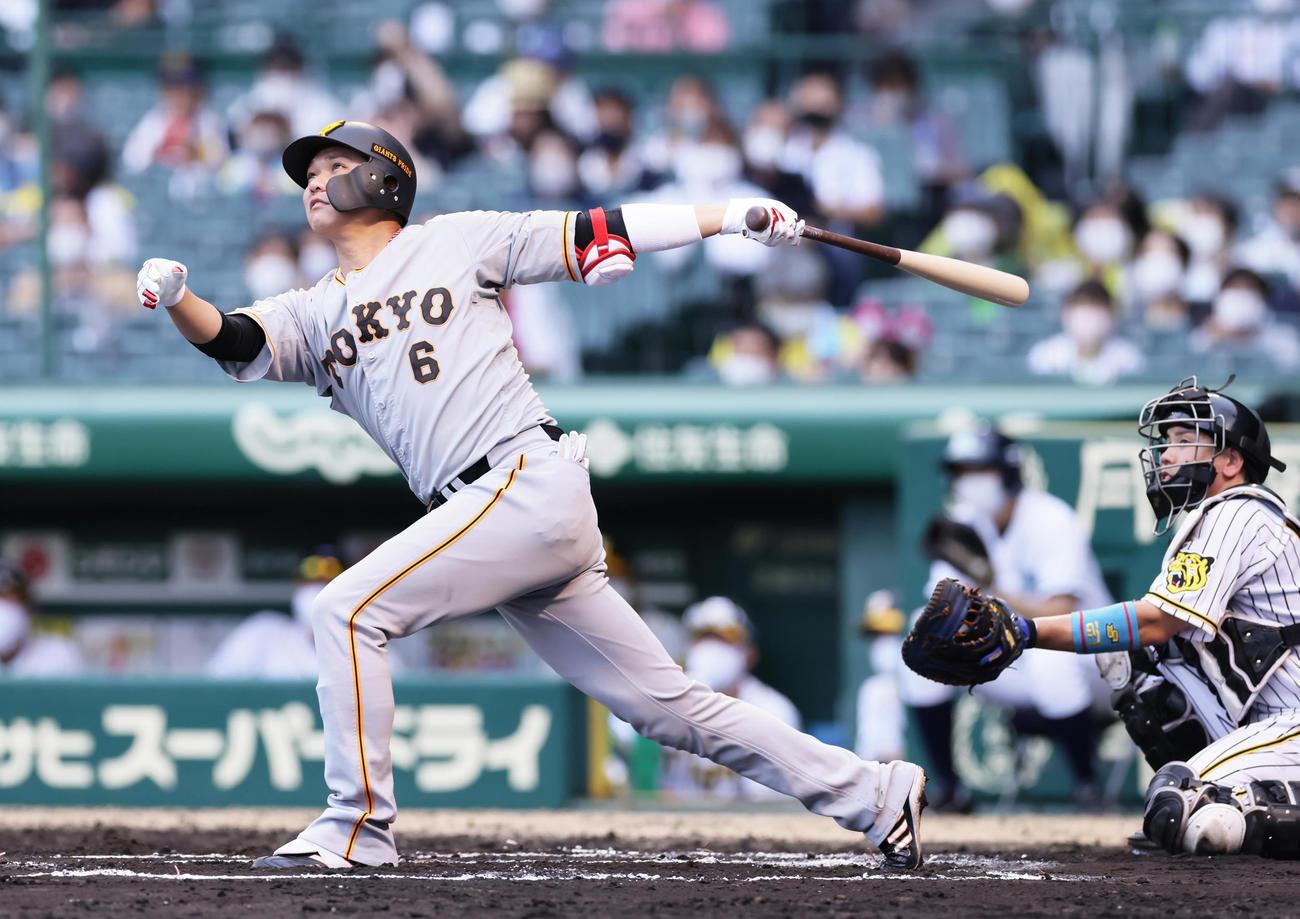 阪神対巨人 6回表巨人2死、通算250号本塁打を放つ坂本(撮影・足立雅史)