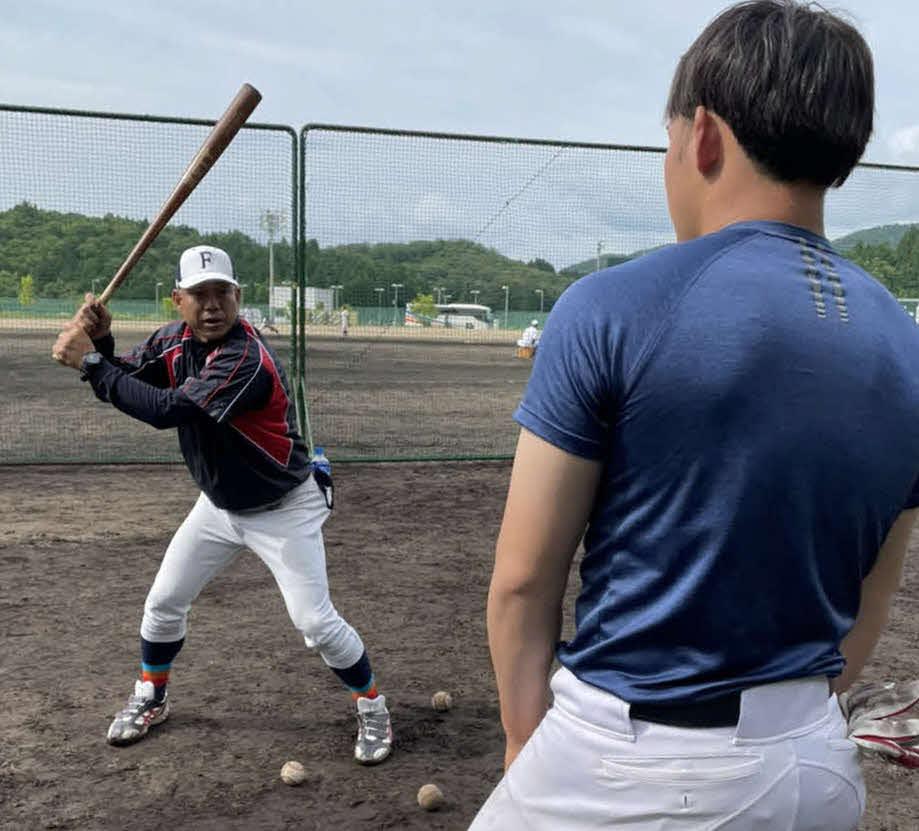 福井工大・町田総合コーチは身ぶり手ぶりを交えて打撃指導を行う(福井工大硬式野球部提供)