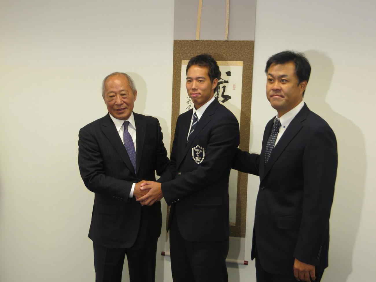 阪神から指名あいさつを受け、佐野統括スカウト(当時、左)と握手をするドラフト5位の青柳。右は平塚スカウト(2015年10月25日)