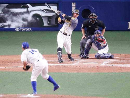 中日対阪神 9回表阪神2死、佐藤輝は右前打を放つ。投手は谷元(撮影・加藤哉)