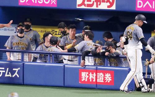 中日対阪神 9回表の攻撃を終えベンチで手を叩いて雰囲気を盛り上げる佐藤輝(撮影・加藤哉)